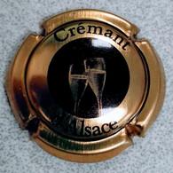 Capsule Crémant D'Alsace Dorée Avec Deux Flûtes En Illustration - Placas De Cava