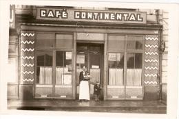 CARTE PHOTO Du CAFÉ CONTINENTAL ( ANCENIS ?) On Voit Une Affiche Pour Un Match RC ANCENIEN Contre STADE NANTAIS - Ancenis