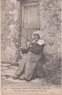 CHATEAULIN  - Fileuse  Des  Environs  De  Chateaulin ( Finistère ) - Série Coutumes Moeurs Et Costumes Bretons - Châteaulin