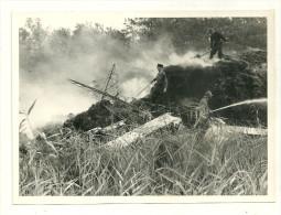 13 PHOTOGRAPHIE BROCAREL REPORT PHOTO ARLES MILITAIRE POMPIER INCENDIE ACCIDENT AVION AVIATION  MILITARIA - Pompiers
