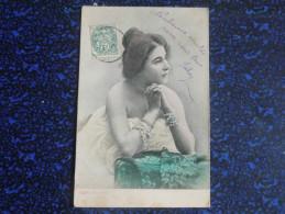 Femme Avec Collier Et Bracelets De Perles - Femmes