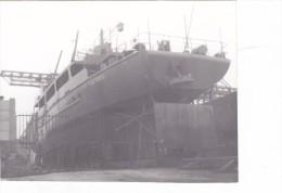 Batiment Militaire Marine Francaise Gabare De Rade La Fidele Sur Cale  Coulée En Avril 97 Par Explosion Accidentelle - Boats