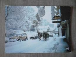 CHAMONIX-MONT BLANC (74).TRAINEAU COEUR DE LA STATION.VOITURES LADA NIVA.PEUGEOT.1988.TBE. - Chamonix-Mont-Blanc