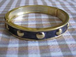Bracelet Fantaisie NEUF Métal Doré Et émail Noir S Ouvre Et Se Referme Grace à Un Ressort Diam .6 Cm Env - Bracelets