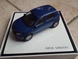 Dacia Sandero bleu en boite vitrine
