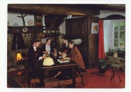 CP , En Bretagne , Auprès De L'Atre - Folklore