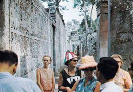 1 AK  Kambodscha Cambodia * Touristen An Den Bas-Reliefs Am Bayon Tempel In Siemrap * - Kambodscha