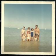 PHOTO -  FAMILLE A LA MER TORSES NUS - Personnes Anonymes