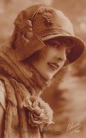 FEMMES - FRAU - LADY - Jolie Carte Fantaisie Portrait Jeune Femme Avec Chapeau - Women