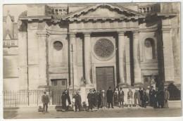 85 - LUÇON - Carte Photo - Groupe De 21 Personnes Devant L'Eglise - 1925 - Lucon