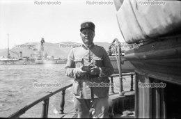 I1 - TOULON - militaire avec appareil photo et navires de guerre - negatif photo original