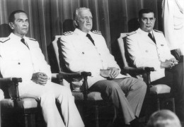 Photo De Presse - Guerre Des  MALOUINES  - Les Membres De Junte -  GALTIERI . ANAYA . DOSO  En 1982 - Guerre, Militaire