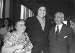 Photo De Presse - MIKIS THEODORAKIS  écrivain , Compositeur , Homme Politique , Et Ses Parents En 74 - Famous People