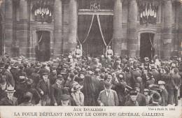 75 - PARIS INVALIDES / LA FOULE DEFILANT DEVANT LE CORPS DU GENERAL GALLIENI - France