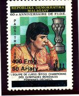 "Madagascar 1998-1999  ( ""  Joueuse d'Echec ""   surcharg�e  400 Fmg )    TRES RARE"