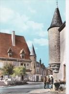 Carte 1960 LA PACAUDIERE / LA TOUR NOTRE DAME ET LE PETIT LOUVRE (gens Dans La Rue Du Village) - La Pacaudiere