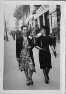 ROMANIA - YOUNG WOMEN ON THE STREET - Photos