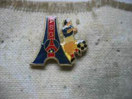 Pin´s Du Football Club Du Paris Saint Germain à Coté De La Tour Eiffel - Food