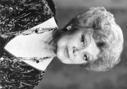 """Photo De Presse -  La Comédienne EDWIGE FEUILLERE  Dans """"sacrée Soirée   """" En 1988 - Famous People"""