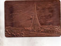 Belle Carte Postale En Cuivre Representant La Tour Effel Et Ses Abords - Mechanical