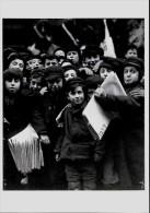 CARTE POSTALE (C) PHOTO HINE LEWIS 1986 : ENFANTS VENDANT DES JOURNAUX A NEW YORK VERS 1910 - Illustrateurs & Photographes