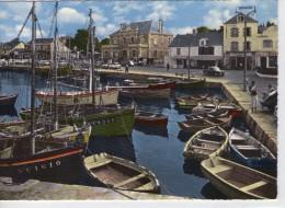 Le Croisic.. Animée.. Belle Vue Du Port.. Bateaux.. Barques.. Commerces.. Voitures - Le Croisic