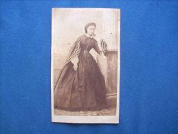 Photo CDV Sans Mention De Photographe - Jeune Femme, Robe Second Empire, Noblesse, Bourgeoisie Circa 1865  L180 - Photos