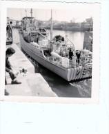 batiment militaire marine francaise M 684  Lobelia arrivant a quai dentelee