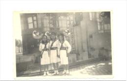 LIEGE - Photo ( 6 X 9 Cm)  Demoiselles En Costume Patriotique - Statue Tchantchès -  Mode, Robe (sf73) - Plaatsen