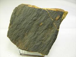 CACOXENITE SUR SHALE NOIR DU CAMBRIEN 5, X 4,5 X 1 CM FUMADE (SUR LE COTE) - Minéraux