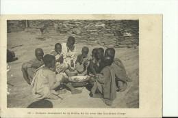 ETH29   --    ENFANTS MANGEANT DE LA FARINE DE  LIN AVEC DES  BOULETTES   D `ORGE - Äthiopien