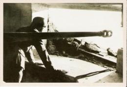 """FRANCE (1944) : Soldat Allemand Dans Son Bunker Du Mur De L'Atlantique. CARTE 80 DES ARCHIVES DU """"SOIR"""" (2005). - Guerra 1939-45"""