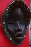 Masque Tribal Afrique De L'ouest.bois,fibres Et Coquillages Cauris.début XX è .H:32,5cms L:23cms Au Plus Large. - Art Africain