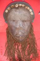 Masque Tribal Afrique De L'ouest.bois,fibres Et Coquillages Cauris.Barbe Chanvre. XX è .H:28ms L:23,5cms ,barbe:19cms - Art Africain
