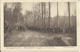 SUR LE FRONT, TROUPES EN MARCHE SOUS BOIS - Guerra 1914-18