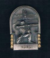 1942 HOMBRE CON ESCOPETA AL FONDO PAISAJE SOBRE FONDO PLATEADO - Monedas
