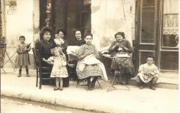 Carte Photo - En Famille, Femmes Et Enfants En Terrasse D´un Café - Grupo De Niños Y Familias