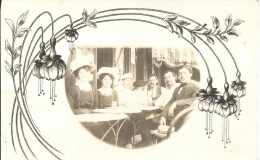 Carte Photo - Entre Amis à La Terrasse D'un Café - Art Nouveau - Grupo De Niños Y Familias
