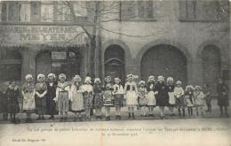 METZ UN JOLI GROUPE DE PETITES LORRAINES EN COSTUME NATIONAL ATTENDANT L'ARRIVEE DES TROUPES 1918 - Metz