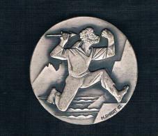 HOMBRE CORRIENDO CON DAGA SOBRE FONDO PLATEADO - Monedas