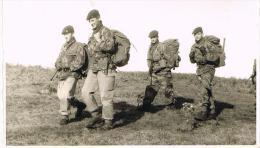 2 Photos De Bérets Verts à Marche Les Dames En 1965 - Guerre, Militaire