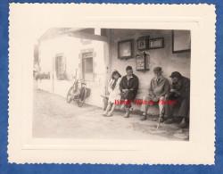 """Photo Ancienne Amateur - """" Le Choc Des Générations """" - Couple Et Anciens Sous Un Arret De Bus - Boite Aux Lettres Poste - Photos"""