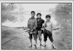 CARTE POSTALE MODERNE (C) PHOTO DE ALPH. B. SENY 1989 :  XUAN , LE PRINTEMPS ; ENFANTS A SAIGON AU VIET NAM - Illustrateurs & Photographes