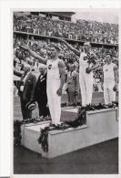 IMAGE DES JEUX OLYMPIQUES DE BERLIN 1936 3 SPORTIFS ALLEMANDS VAINQUEURS (DEUX FAISANT LE SALUT NAZI) - Vieux Papiers