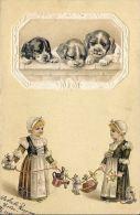 [DC5275] CARTOLINA - TRE CUCCIOLI IN RILIEVO - CANI - BAMBINE CHE GIOCANO - Viaggiata 1903 - Old Postcard - Cani