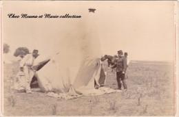 PHOTO MILITAIRE SUPPORT CARTONNE 16 X 10.5 CM GROUPE EN TRAIN DE MONTER UNE TENTE POUR LE CAMPEMENT - Guerre, Militaire