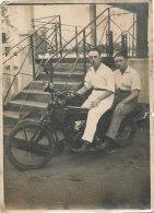 V V 46 /  PHOTO  1928 - BENIN  -?? COTONOU??  - MOTO   PERSONNAGES  (FORMAT 17,00 Cm X 12,30cm) - Fotos