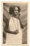 S2308 - Djibouti - Une élégante Entretenant Ses Dents - Djibouti