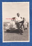 Photo Ancienne - Homme Devant Sa Belle Automobile - Renault 4CV - Voir Immatriculation - 1961 - Cars