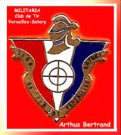 SUPER PIN´S MILITARIA - Arthus BERTRAND ; Très Beau Pin´s Du Club De TIR De VERSAILLES SATORY - Militaria